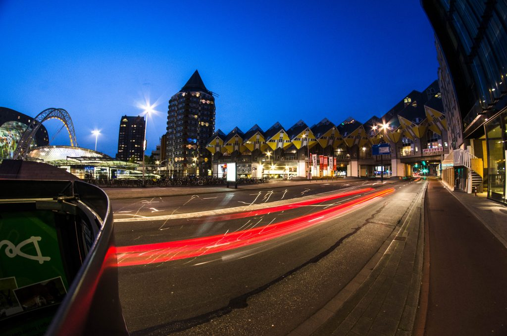 Кубічні будиночки Роттердаму та площа перед Ринком