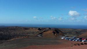 Вид з ресторану на вулкани та стоянку парку Timanfaya